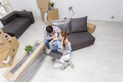Pary obsiadanie na kanapie w mieszkaniu fotografia royalty free