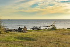 Pary obsiadanie przy nabrzeże parkiem obrazy stock