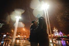 Pary odprowadzenie przez miasteczka wpólnie przy nocą Zdjęcia Stock
