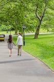 Pary odprowadzenie w central park w Miasto Nowy Jork obrazy stock