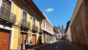 Pary odprowadzenie w Historycznym centrum Quito z bazyliką Krajowy ślubowanie w tle Obrazy Stock