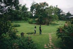 Pary odprowadzenie w pięknym zieleń parku fotografia stock