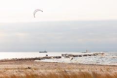 Pary odprowadzenie wzdłuż przylądek latarni morskiej w burzy przy morzem Obrazy Royalty Free