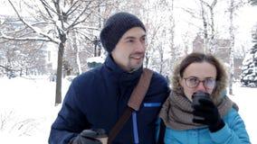 Pary odprowadzenie z kawą w zimy mieście zbiory wideo