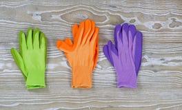 Pary Ogrodowe rękawiczki na Nieociosanym drewnie Obrazy Royalty Free
