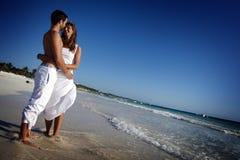 pary plażowy obejmowanie zdjęcie royalty free