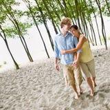 pary plażowy przytulenie obrazy royalty free