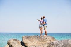 Pary pozycja na skale morzem Zdjęcia Royalty Free