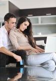 Pary praca na laptopie przy nowożytnym domem Zdjęcie Stock