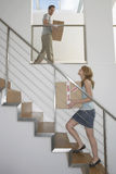 Pary przewożenia pudełka Na piętrze W Nowym domu Zdjęcie Royalty Free