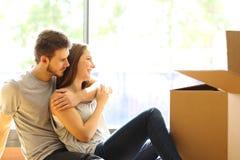 Pary przytulenia poruszający nowy dom obraz stock