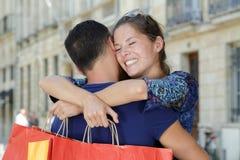 Pary przytulenie na miasto ulicie zdjęcia stock