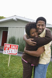 Pary przytulenie Przed Ich domem Fotografia Royalty Free