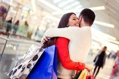 Pary przytulenie w zakupy centrum handlowym fotografia royalty free