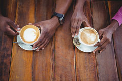 Pary ręka trzyma filiżankę kawy Obrazy Stock