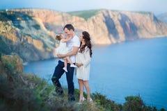 Pary rodzinny podróżować wpólnie na falezy krawędzi kobiety i mężczyzny styl życia pojęcia wakacji góry plenerowym Krymskim wierz zdjęcia stock