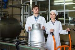 Pary rozlewniczy mleko na manufakturze Obraz Royalty Free