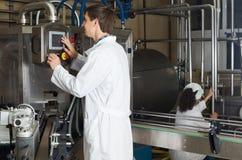 Pary rozlewniczy mleko na manufakturze Obraz Stock