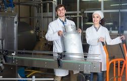 Pary rozlewniczy mleko na manufakturze Zdjęcia Stock