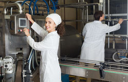 Pary rozlewniczy mleko na manufakturze Fotografia Stock