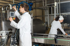 Pary rozlewniczy mleko na manufakturze Zdjęcia Royalty Free