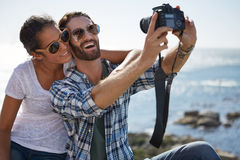Pary selfie brać blisko oceanu Zdjęcie Stock