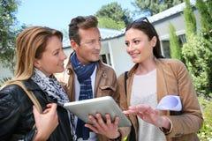 Pary spotkanie z agenta nieruchomości kupienia nowym domem Zdjęcie Stock