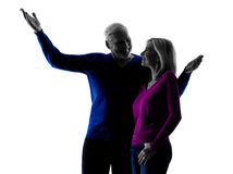 Pary starsza szczęśliwa wskazuje sylwetka Zdjęcie Royalty Free