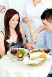 pary szczęśliwy obiadowy mieć restaurację obraz stock