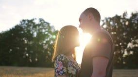 Pary uściśnięcie, buziak i wtedy chodzi w szeroko otwarty złotym polu przy zmierzchem zdjęcie wideo