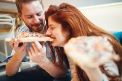 Pary udzielenia łasowanie i pizza Zdjęcia Royalty Free