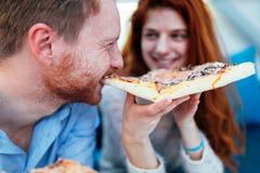 Pary udzielenia łasowanie i pizza Zdjęcie Royalty Free