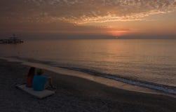 Pary wacthing wschód słońca zdjęcia royalty free