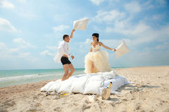 pary walczące nowożeńcy poduszki obrazy royalty free