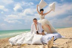 pary walczące nowożeńcy poduszki zdjęcie royalty free