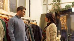Pary wybierać odziewa przy rocznika sklepem odzieżowym zbiory