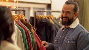 Pary wybierać odziewa przy rocznika sklepem odzieżowym zdjęcie wideo