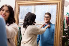 Pary wybierać odziewa przy rocznika sklepem odzieżowym Zdjęcia Royalty Free