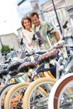 Pary wynajmowanie jechać na rowerze w miasteczku fotografia stock