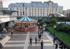 Paryjski kolorowy carousel obok wieży eiflej zdjęcie stock