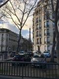 Paryscy budynki mieszkaniowi z wieżą eifla w tle Zdjęcie Stock