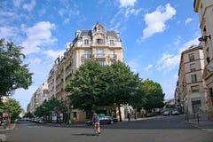 Paryska mieszkaniowa ulica z eleganckimi budynkami mieszkaniowymi obrazy stock