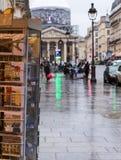 Paryski dżdżysty turystyczny obraz stock