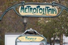 Paryski metra Metropolitain znak Pigalle Zdjęcia Royalty Free