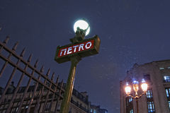 Paryski metra Metropolitain znak podczas gdy snowing Fotografia Royalty Free