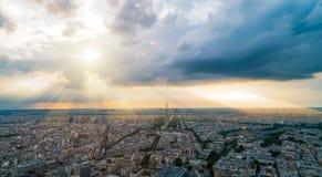 Paryski panorma z bóg promieniami w tle Zdjęcia Royalty Free