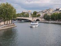 Paryski pasażerski prom zaokrągla Ile saint louis na wontonie Obrazy Royalty Free