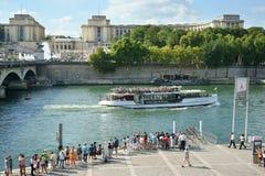 Paryski zwiedzający łódkowaty Palais De Chaillot Francja Zdjęcia Royalty Free