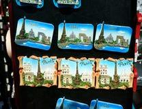 Paryskie punktów zwrotnych magnesów pamiątki Fotografia Royalty Free