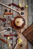 Parzenie herbata z kwiatami i pikantność Wysuszeni liście i płatki blisko herbacianego garnka na drewnianego tła odgórnym widoku fotografia royalty free